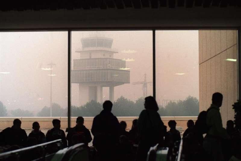 Densa niebla en el aeropuerto de Manises, en València. EFE/Manuel Bruque/Archivo