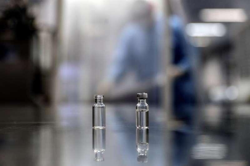 Vista de dos ampollas iguales con muestras de la vacuna contra la Covid-19. EFE/Antonio Lacerda/Archivo