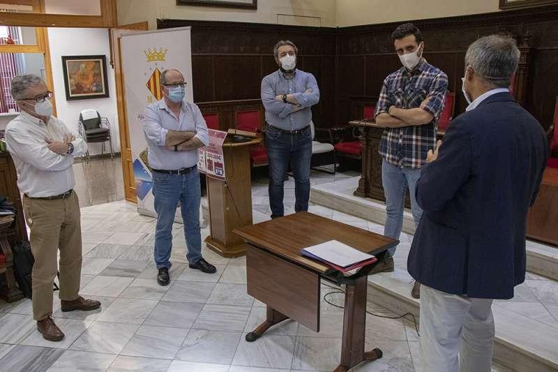 Imagen de archivo del alcalde de Sagunt y los concejales recibiendo las explicaciones técnicas. EPDA
