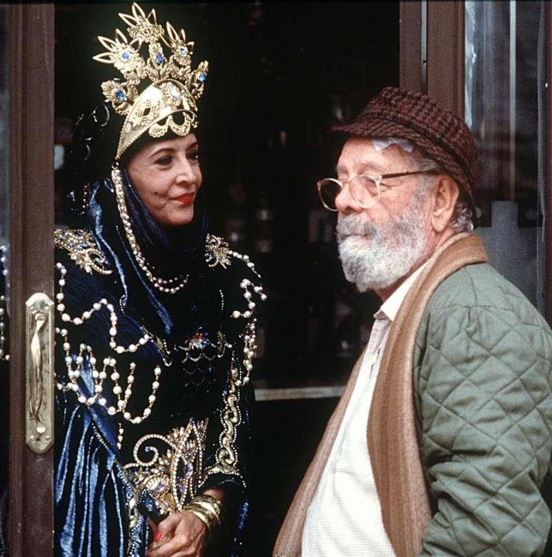 Luis García Berlanga conversa con la actriz Concha Velasco durante el rodaje de su película