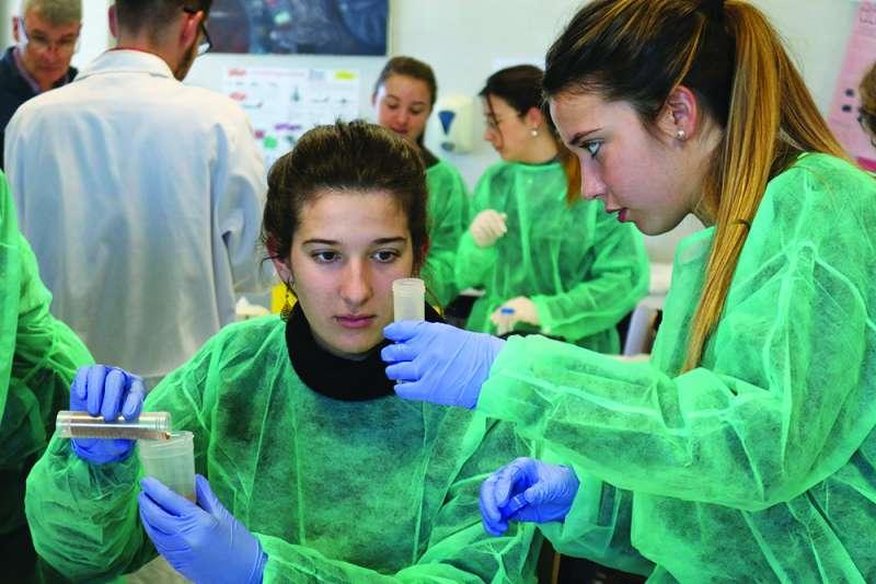 Alumnos de Bachillerato de Caxton College realizando una práctica académica en el laboratorio de ciencias. EPDA