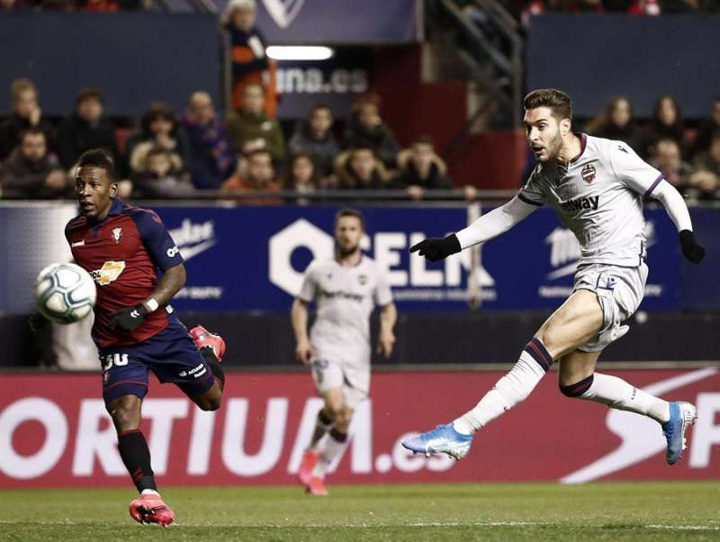 Rubén Rochina (d) golpea el balón. EFE/Archivo