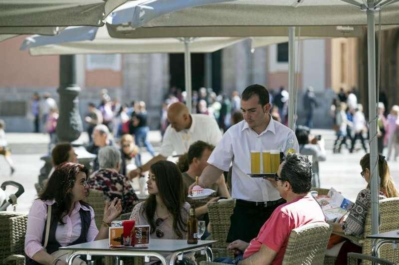 Cafetería en la Plaza de la Virgen de Valencia. EFE