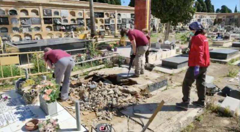 Trabajos de exhumación en la Fosa 111 del cementerio de Paterna. / EPDA