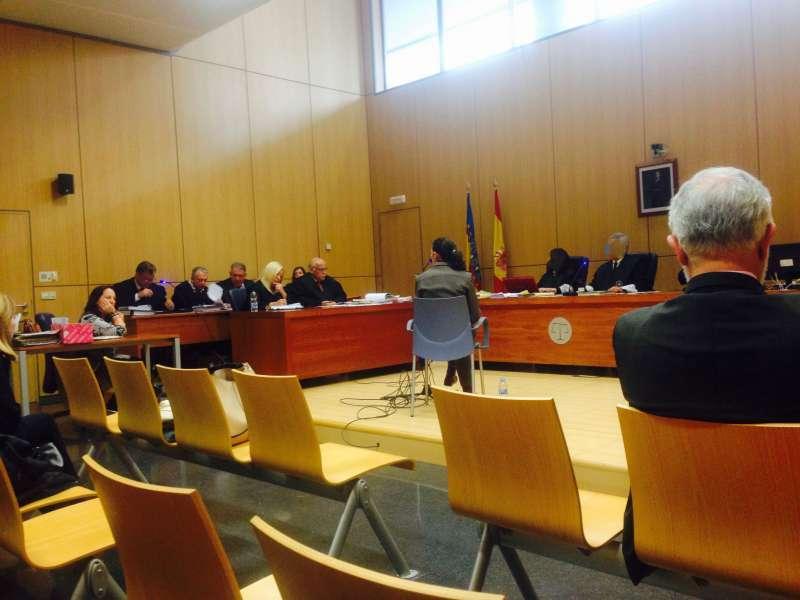 Parra Mateu, de espaldas, en otro juicio de la trama de las asesorías en el que condenaron a la alcaldesa de La Pobla de Farnals y al secretario municipal de Canet. P.V.
