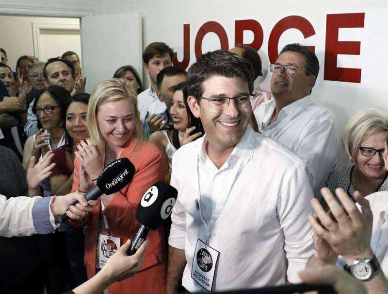 El alcalde de Ontinyent, Jorge Rodríguez, la noche electoral del 26 de mayo. EFE/ La Vall Ens Uneix