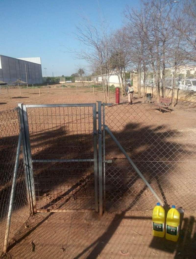 Labores de limpieza en el parque canino. / epda