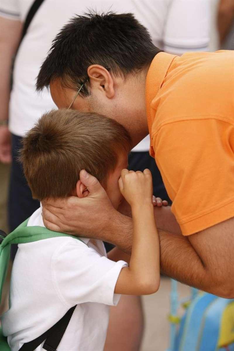 Un padre besa a su hijo en una imagen de archivo. EFE