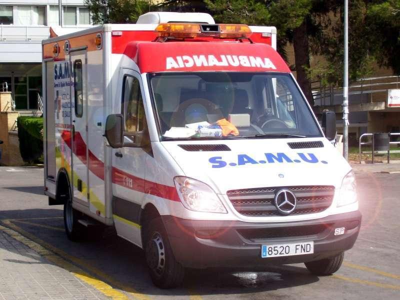 Una ambulancia acude a un aviso. Archivo/EPDA