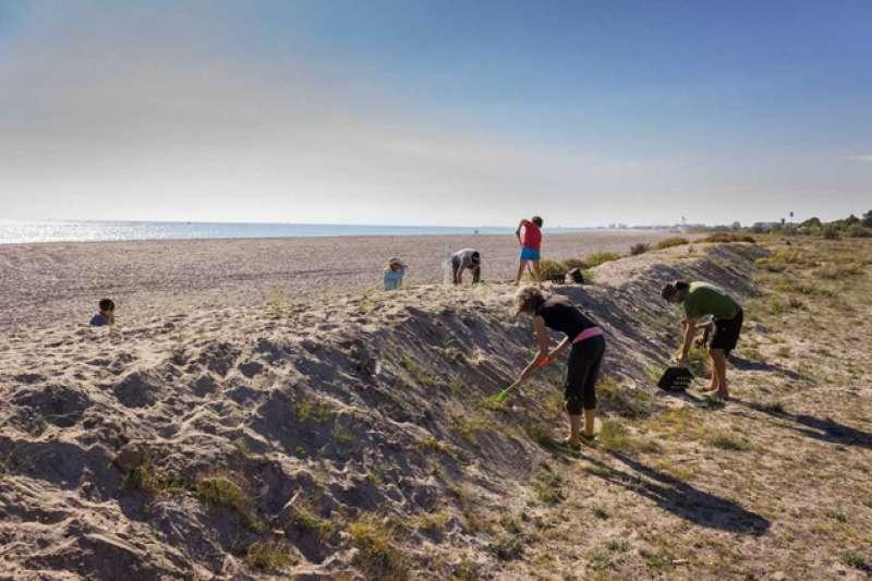 Una de las actuaciones de la Colla Verda en una playa de Sagunt. EPDA