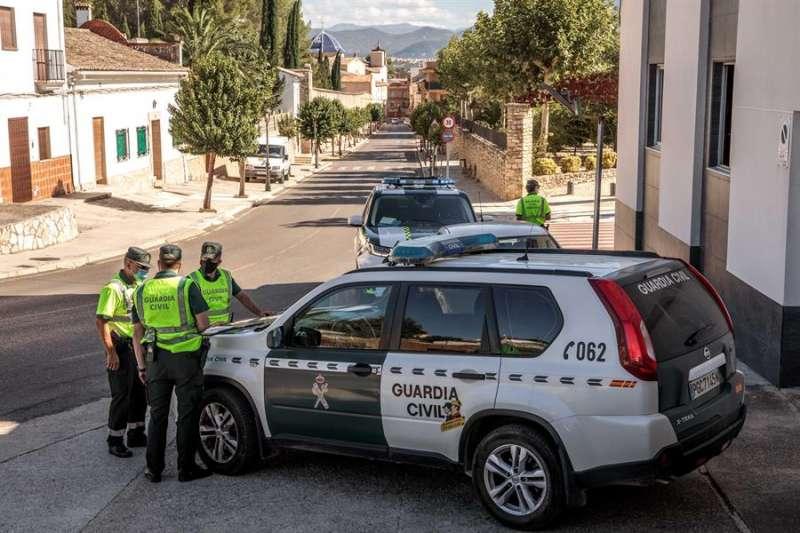 Una patrulla de la Guardia Civil realiza un control en uno de los accesos a la localidad valenciana de Benigànim. EFE/ Biel Aliño/Archivo
