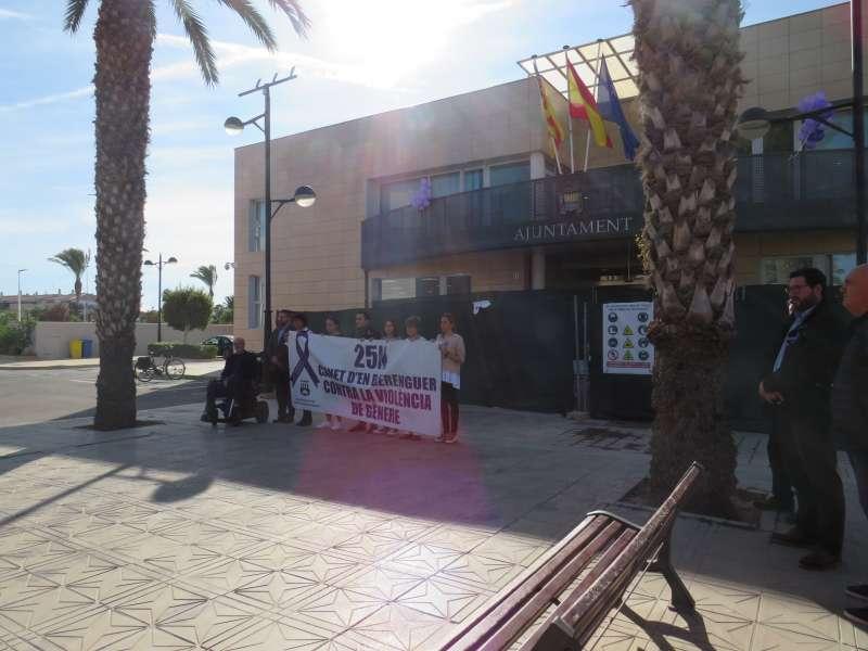 Concentración contra la violencia de género frente al Ayuntamiento de Canet. EPDA