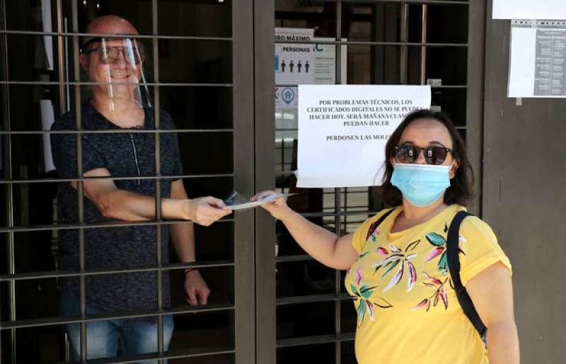 Reparto de mascarillas en el Ayuntamiento de Puçol. EPDA