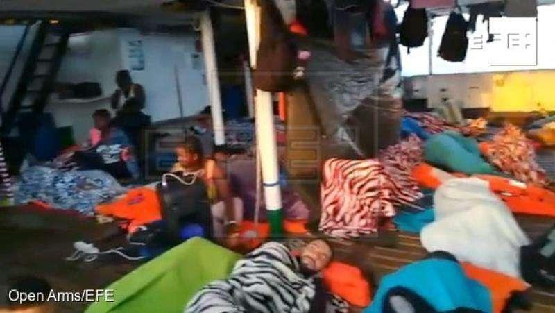 Imagen facilitada por la ONG española Open Arms de algunos de los 151 migrantes que lleva a bordo de su barco. EFE/Open Arms