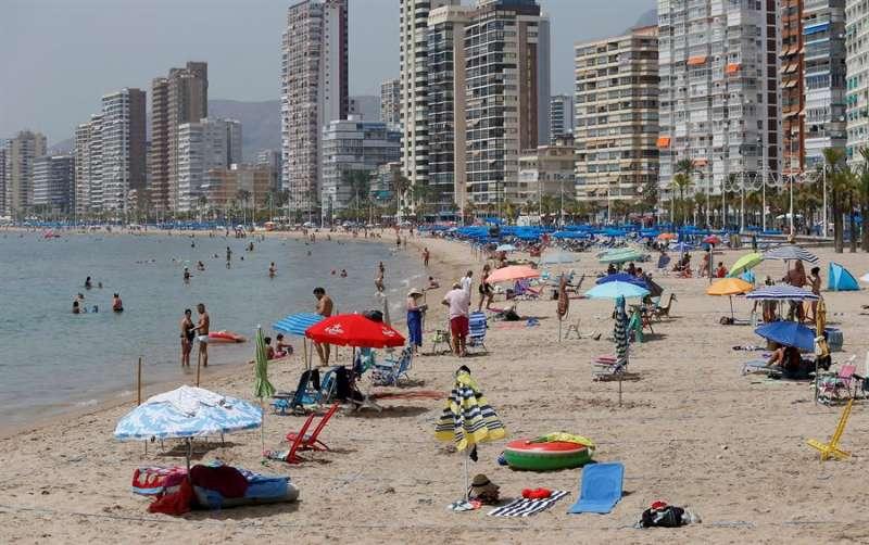 Imagen de la playa de Benidorm (Alicante) el pasado mes de agosto. EFE/ Manuel Lorenzo/Archivo