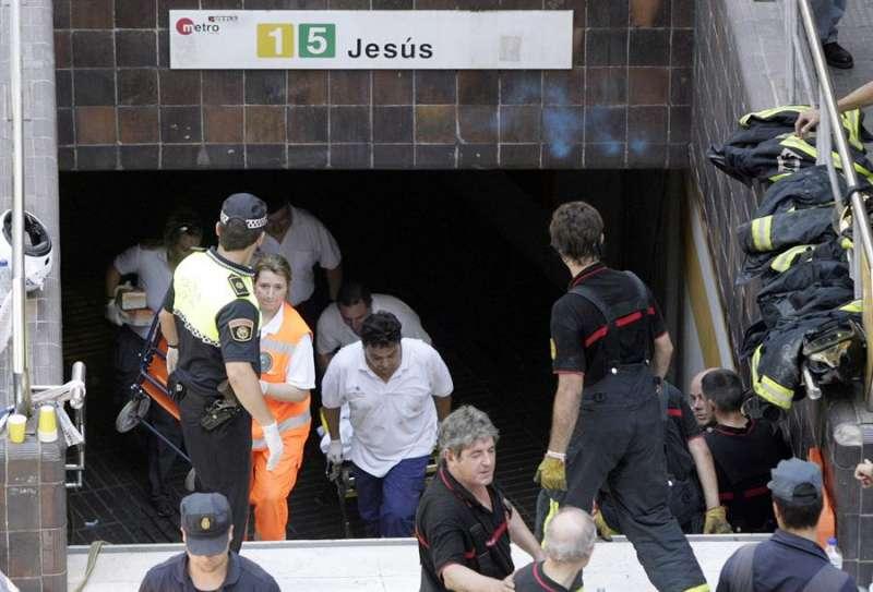 Miembros del personal sanitario salen de la boca del metro el 3 de julio de 2006. EFE/Kai Försterling/Archivo