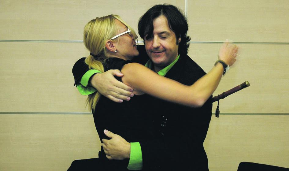 Nati García y Nacho Lluch se abrazan tras prosperar la moción de censura. FOTO JOSÉ MARÍN