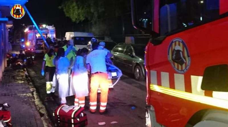 Imagen de las atención a los heridos en el incendio de Xirivella. EFE/Consorcio Bomberos Valencia