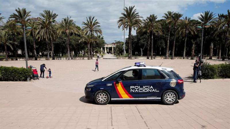 Agentes de la Policía Nacional en jardín del río Túria de València. EFE/Archivo