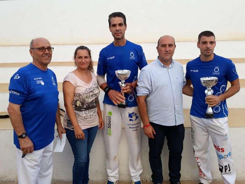 De la Vega y Javi recogen el premio de campeones. EPDA