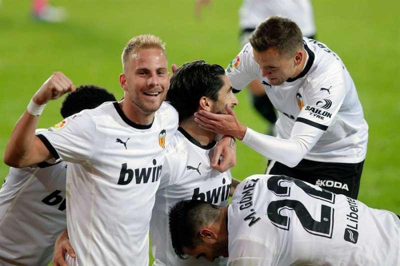 Los jugadores del Valencia CF celebran un gol marcado por Carlos Soler al Real Madrid. EFE