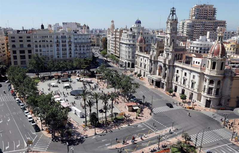 Vista general del Ayuntamiento de Valencia. EFE