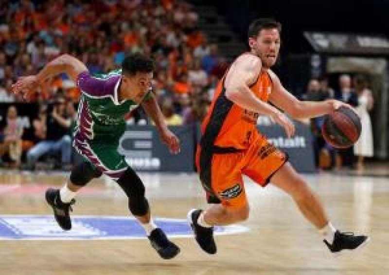 El base belga del Valencia Basket Sam Van Rossom (d) escapa de Brian Roberts, de Unicaja. EFE
