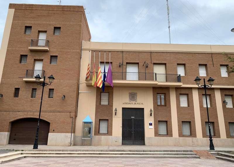 Fachada del ayuntamiento de Puçol con las banderas a media asta. EPDA