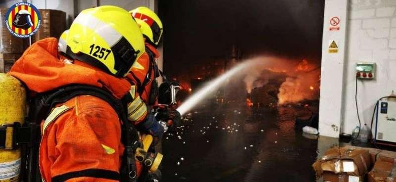 Imagen de la extinción del incendio de Bétera en una fotografía publicada por el Consorcio de Bomberos de Valencia en sus redes sociales.