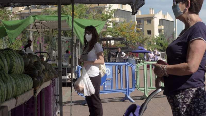 Mujeres comprando en el mercado de la playa. EPDA