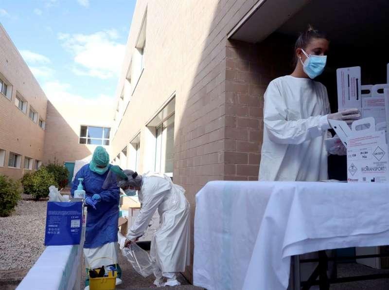 Sanitarias se preparan para hacer test PCR en un centro de salud. EFE