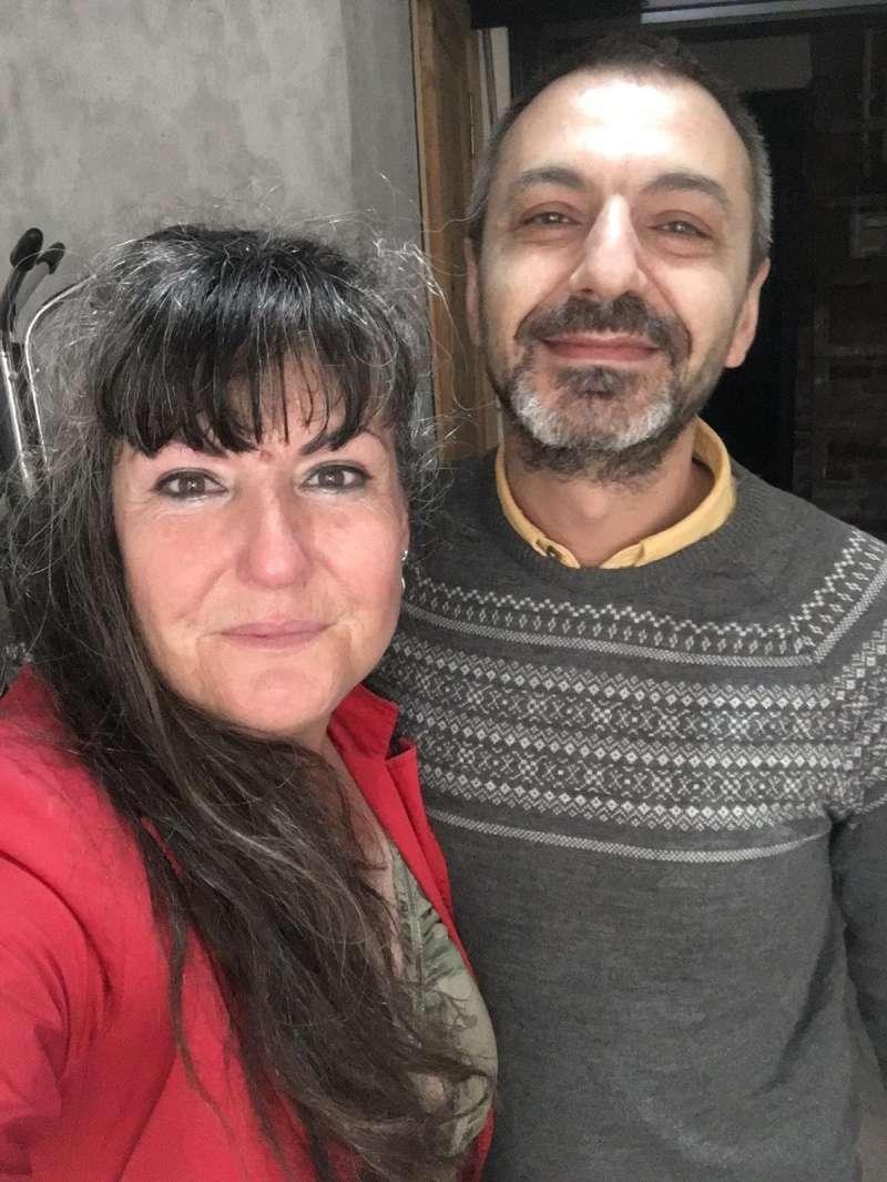 Valentina con la personas que le ha facilitado un techo en Estambul. EPDA