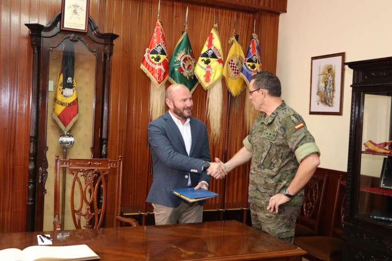 Gaspar saluda a José María Iñigo. EPDA