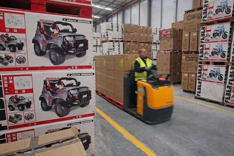 Un trabajador en un almacén de juguetes.EFE