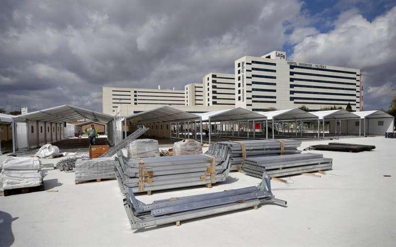 Continúan los trabajos de preparación de las instalaciones del hospital de campaña de València que se está levantando junto al hospital La Fe, en una imagen de este Domingo de Ramos. EFE/Manuel Bruque