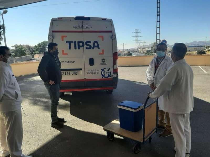 La Comunitat Valenciana ha comenzado a administrar las primeras dosis de la vacuna de Moderna en el Hospital de Crónicos y Larga Estancia de San Vicent del Raspeig (Alicante).