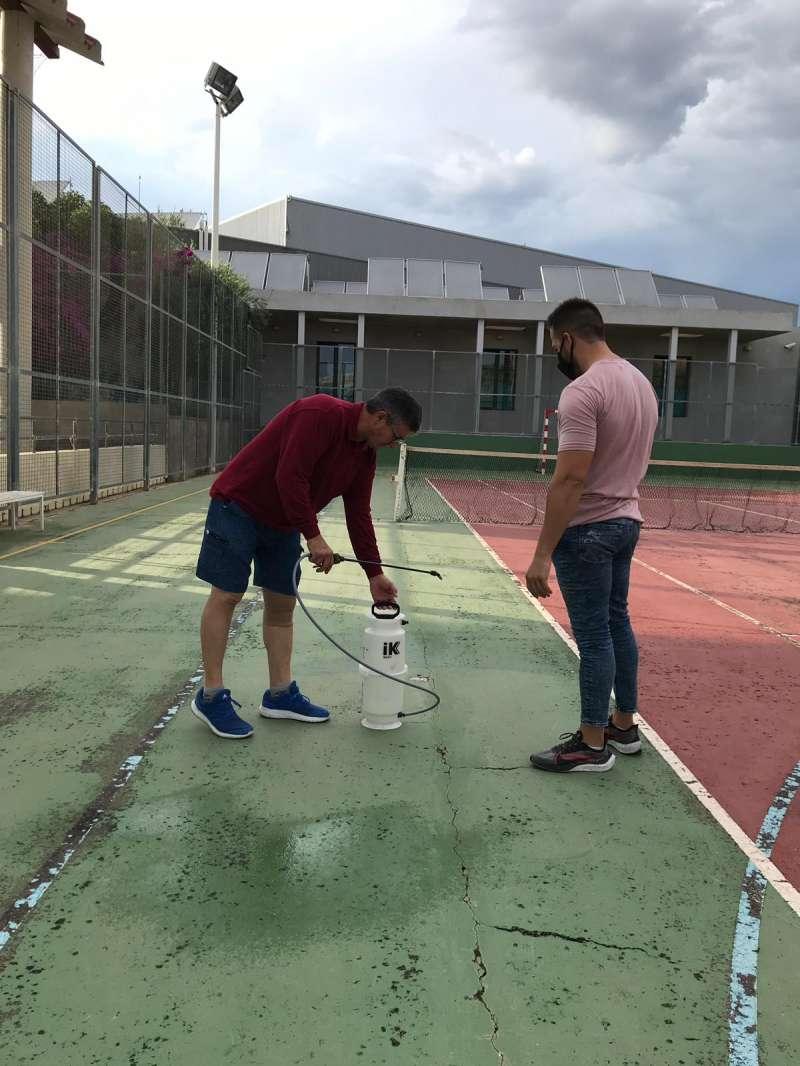 El concejal de deportes, Rubén Araque ha visitado las instalaciones deportivas. / EPDA