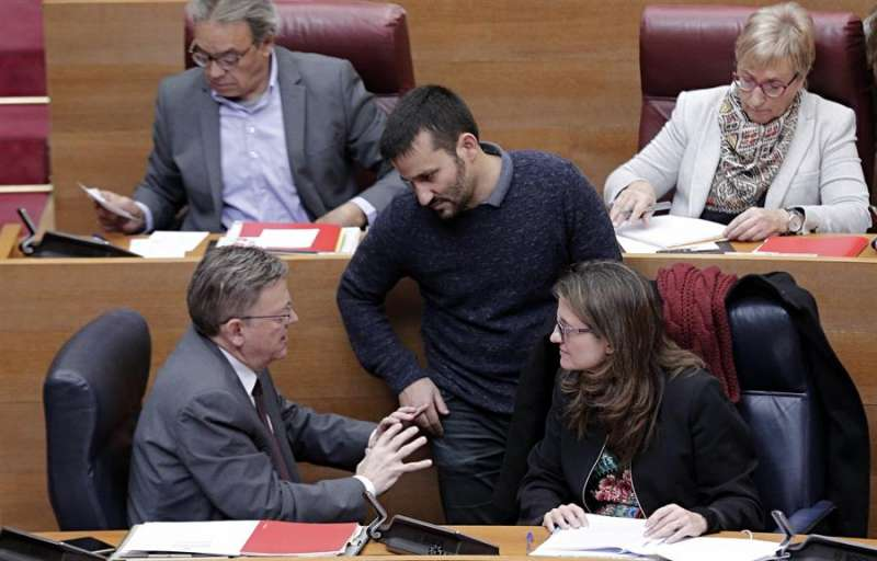 El president de la generalitat, Ximo Puig (i), conversa con la vicepresidenta, Mónica Oltra, y con el conseller de Educación, Vicent Marzà, en una imagen de archivo. EFE/Manuel Bruque