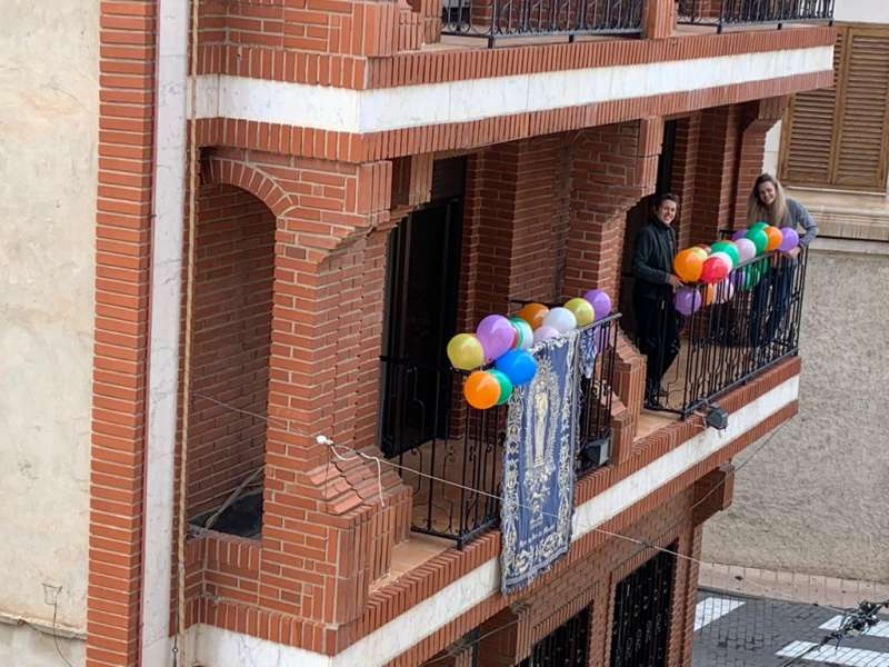 Los vecinos en los balcones. / EPDA