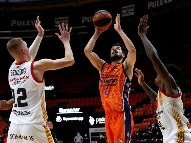 El alero serbio del Valencia Basket, Nikola Kalinic, el ala pivot alemán Robin Benzing (izqda), y el escolta canadiense Dylan Ennis. / EFE/Miguel Ángel Polo