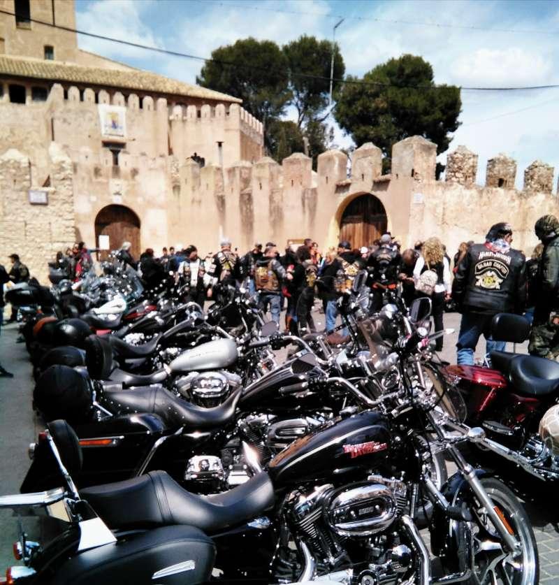 Vista de las motocicletas con el Castillo al fondo
