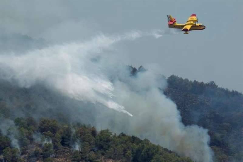 Imagen de archivo de un hidroavión durante un incendio declarado en la Comunitat Valenciana. EFE/Domenech Castelló