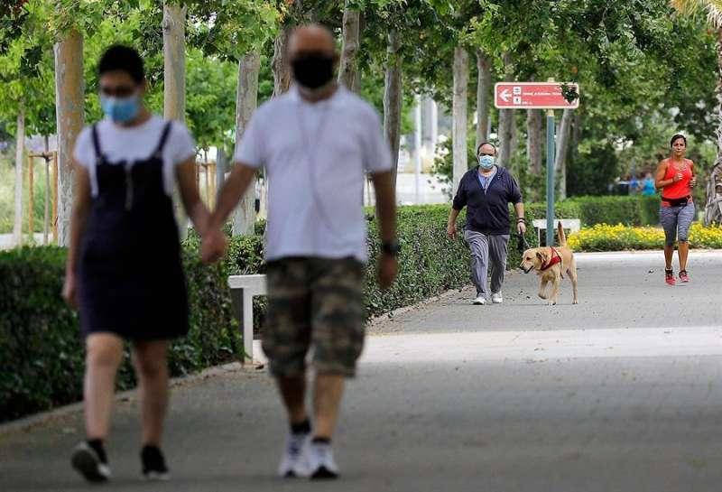 Gente con mascarillas en la calle. EPDA