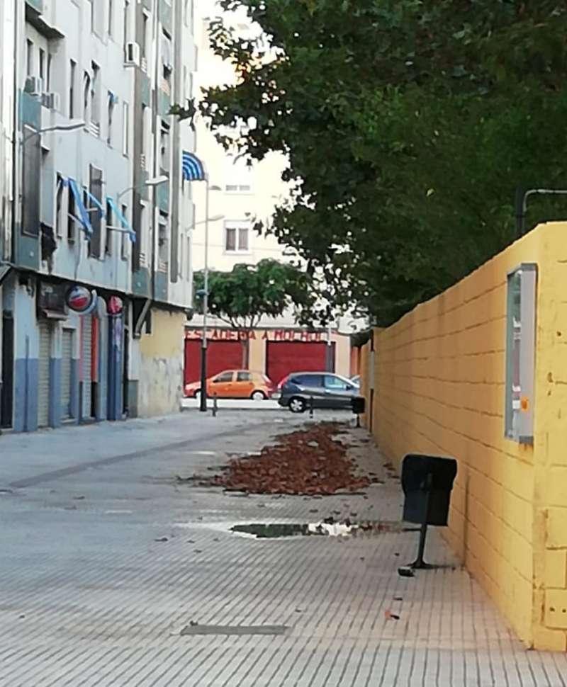 Suciedad en una de las calles de Benetússer. EPDA