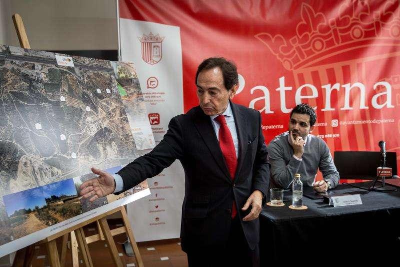 El alcalde de Paterna (Valencia), Juan Antonio Sagredo (d), y el consejero de Intu, Salvador Arenere (i), informan de las novedades sobre el proyecto de gran superficie comercial Intu Mediterrani. EFE