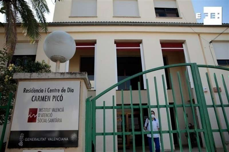 Imagen de la entrada a la residencia Carmen Picó de Alzira (Valencia). EFE/ Biel Aliño/Archivo