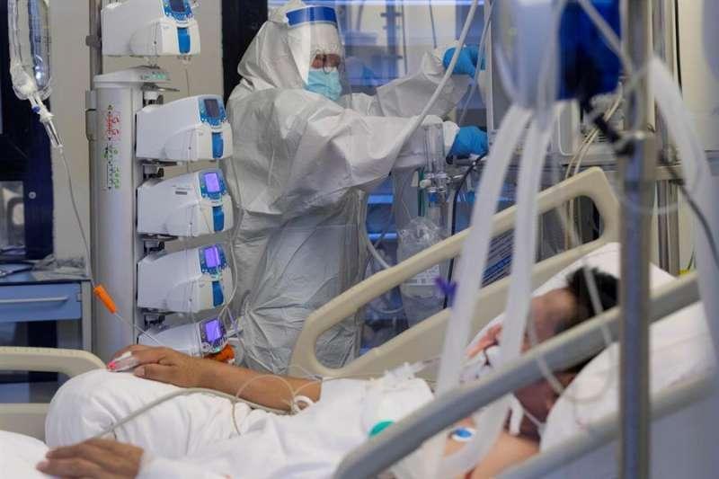 Una persona hospitalizada por coronavirus. EPDA