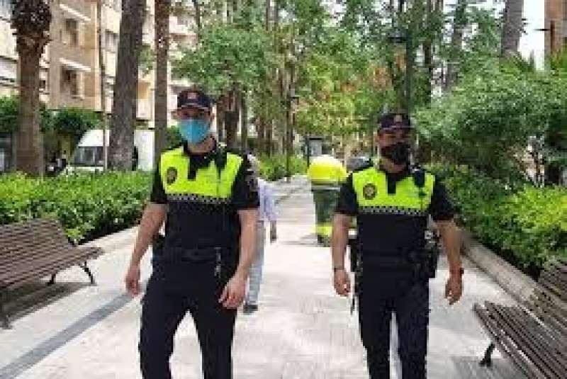 Agentes de la policia local, en Torrent. EPDA