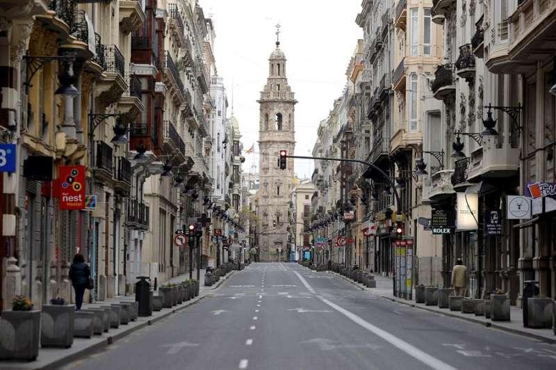 La calle de La Paz, en Valencia, completamente vacía, hoy vigésimo día del estado de alarma decretado por el Gobierno.EFE/Manuel Bruque