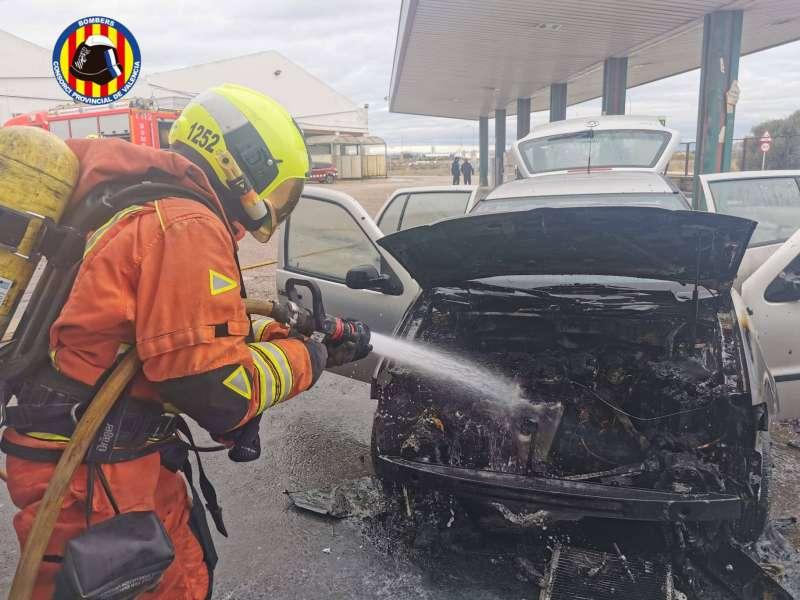 Bomberos apagan el fuego del motor